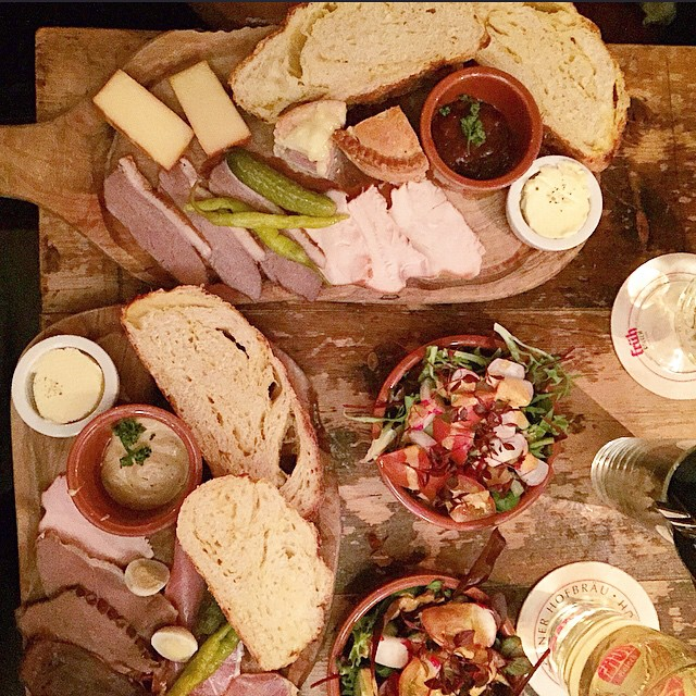 Picky bits served on wooden boards, heaven ? #York #HouseOfTremblingMadness #foodpics